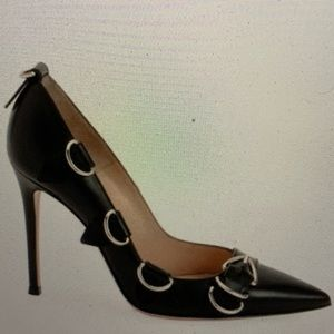 Gianvito Rossi clash black pump 40 ring/tab detail